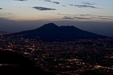 Везувий в ночных огнях Неаполя