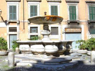 Фонтан на площади Cinque Scole, Рим