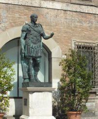 Памятник Юлию Цезарю, Римини