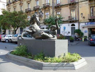 Статуя странной лошади, Катания